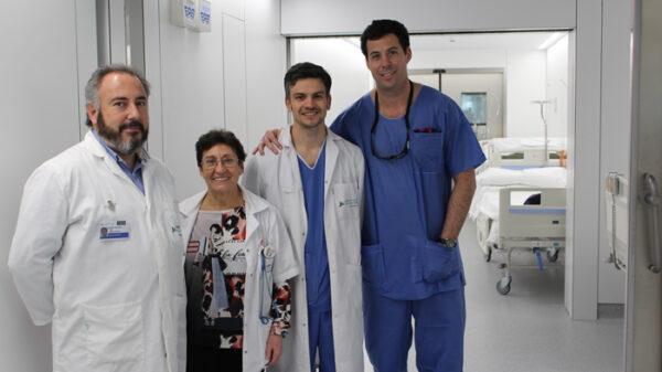 De izquierda a derecha, los doctores Aguado, Pérez, Villalba y Crespo a la entrada del bloque quirúrgico de la FJD