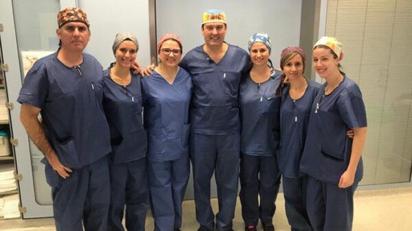 El doctor Durán junto al resto del equipo de profesionales del hospital que realizó la intervención