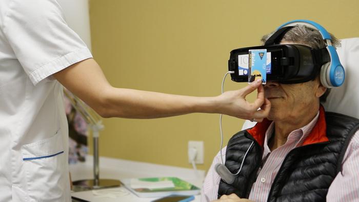 Paciente con gafas de realidad virtual