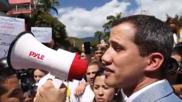 Juan Guaidó se dirige a los manifestantes