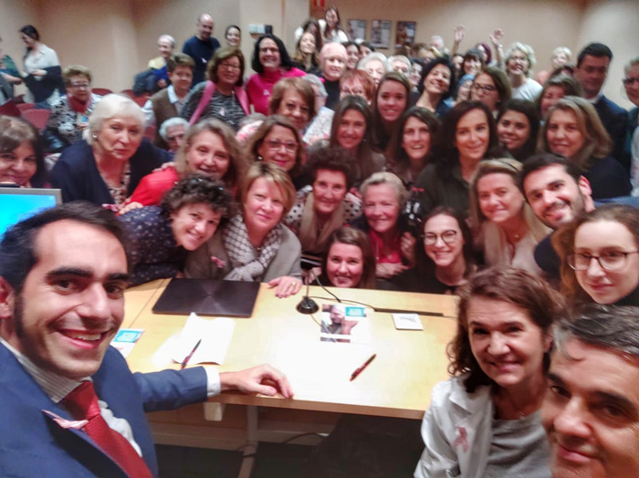 Foto de grupo del II Congreso sobre Cáncer de Mama para Pacientes y Familiares organizado por la Unidad de Mama del Hospital La Luz de Madrid