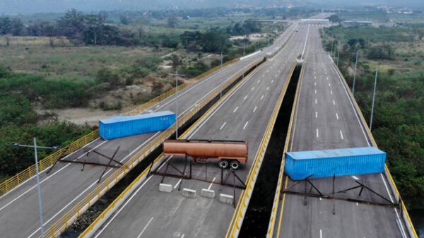 Puente bloqueado para impedir la entrada de ayuda humanitaria