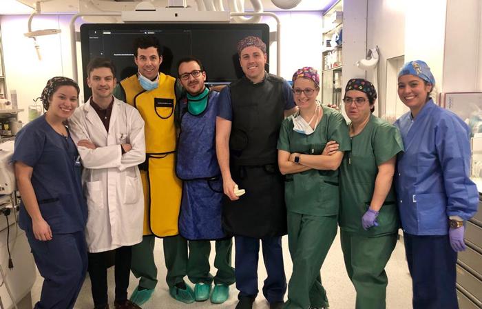 El doctor Crespo (de amarillo) junto al resto de especialistas de la Unión de Radiología intervencionista del hospital que realizaron la intervención