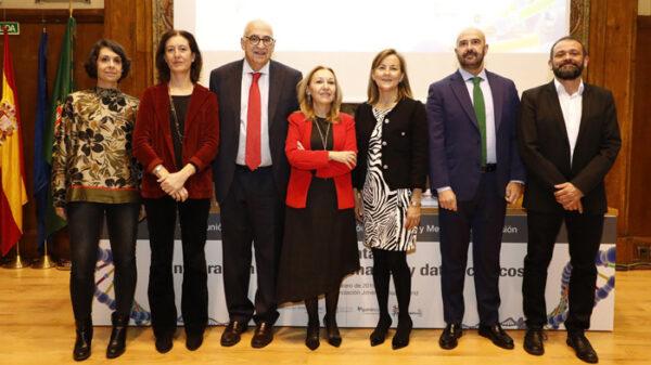De izquierda a derecha, las doctoras Berta Almoguera y Pilar Nicolás, Plaza, la doctora Ayuso, Martín de Dios, Josu Rodríguez y el doctor Rojo