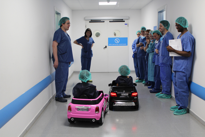 Dos pacientes pediátricos llegan al área quirúrgica con los coches eléctricos