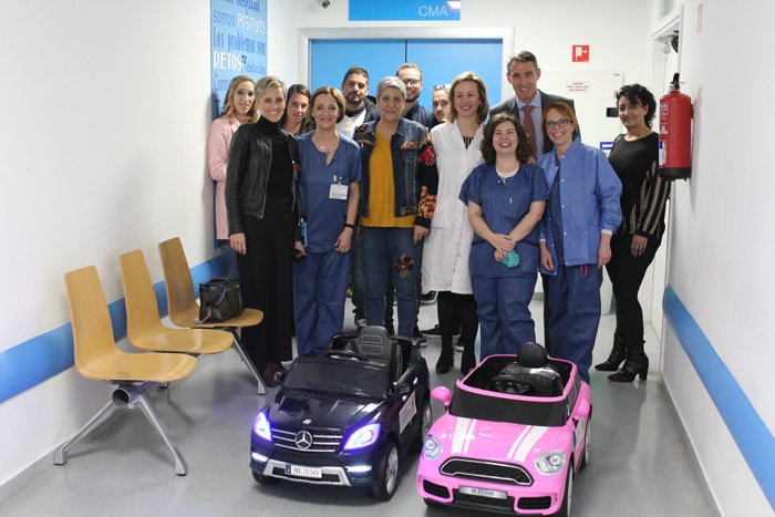 La dirección del hospital, junto a profesionales del bloque quirúrgico, la alcaldesa de Titulcia y miembros de su equipo junto a los coches
