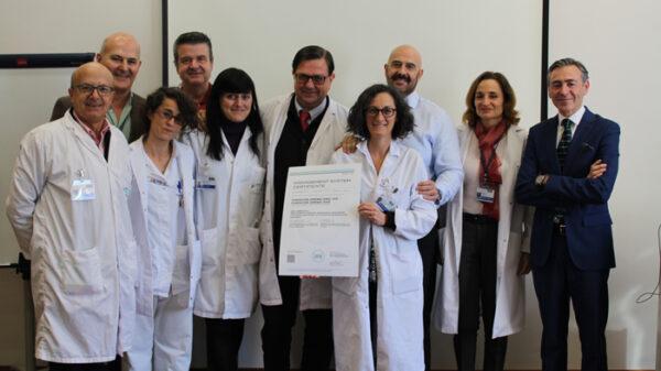 La doctora Martín Ríos recoge el diploma acreditativo de la certificación junto a miembros de su equipo y representantes de la CIPPA