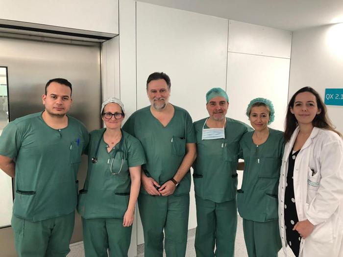 El doctor Albisua (3º por la izquierda), junto al resto del equipo de los servicios de Neurocirugía, Radiología y Anestesiología que realizaron la intervención