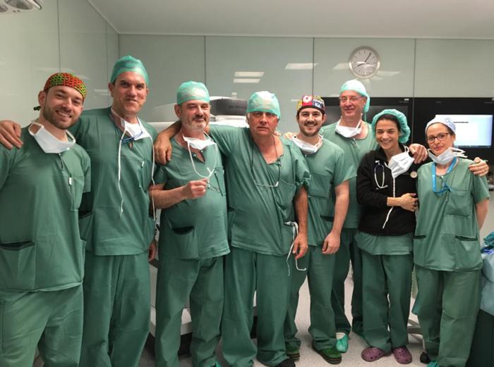 Doctores Muguruza y Fernández (3º y 2º por la izquierda) junto al resto del equipo que realizó la intervención de Cirugía Torácita con el nuevo Da Vinci