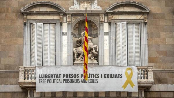 Pancarta y lazo amarillo en el Palacio de la Generalitat