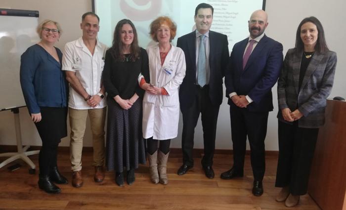 Los doctores Vázquez y Durán (en el centro) junto al gerente adjunto de la Fundación Jiménez Díaz (2º por la derecha) y otros ponentes del encuentro