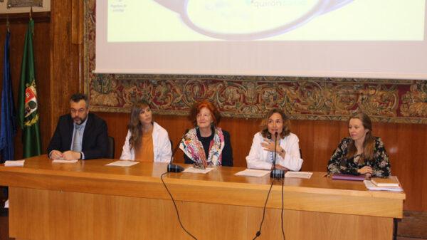 La doctora Leal inauguró la jornada junto a la doctora Vázquez (centro) y otros ponentes del encuentro
