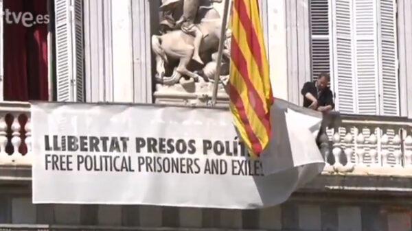 Retiran la pancarta del palacio de la Generalitat