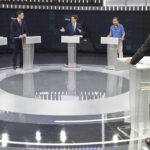 Los candidatos con el moderador, Xabi Fortes