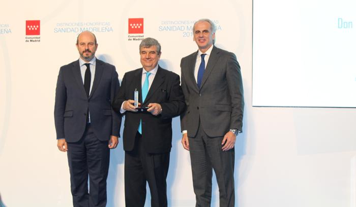 El doctor Farré posa con la distinción honorífica flanqueado por el presidente en funciones y el consejero de Sanidad de la Comunidad de Madrid