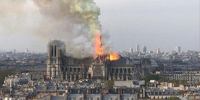 La catedral de Notre Dame en llamas