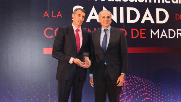 Juan Antonio Álvaro de la Parra recibe el premio al Mejor Hospital Público de manos del consejero de Sanidad de la CAM