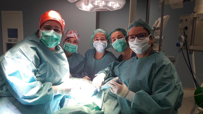 La doctora Noguero (centro) junto al equipo que realizó la intervención, en quirófano