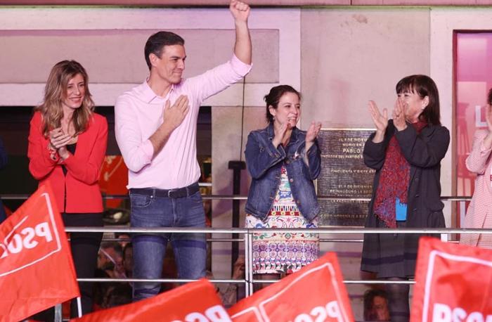 Pedro Sánchez junto a Begoña Gómez, Adriana Lastra y Cristina Narbona
