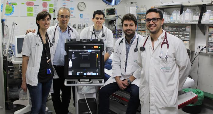 El doctor Short (2º por la derecha) y los doctores María Pavón, Julio Vázquez (centro) y Guido Rodríguez (derecha), miembros de la UEC SU, y Antonio Blanco