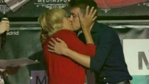 El beso de Manuela Carmena e Íñigo Errejón