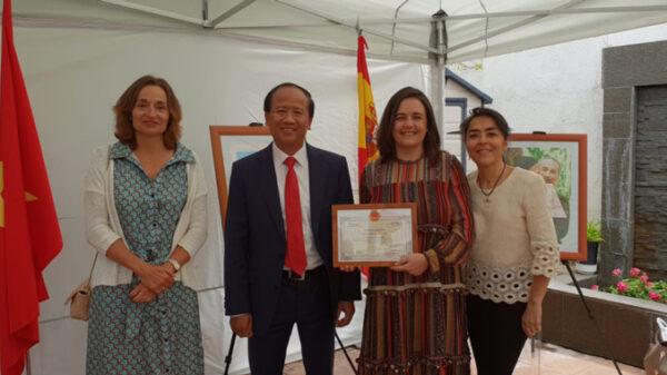 De izquierda a derecha, las doctoras Leal y Jiménez e Isabel Aragón, junto al embajador, tras recibir el reconocimiento