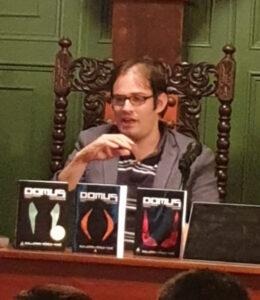 Guillermo Pérez-Tomé con los tres libros de 'Domus'