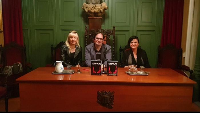 Guillermo Pérez-Tomé en la presentación de su libro con Julia Moreno (izquierda) y Adela Reina (derecha)