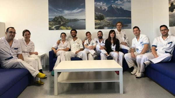 La doctora García Torrejón (3ª por la derecha) junto al resto del equipo de la UCE del HUIE en la Sala de Estar del servicio