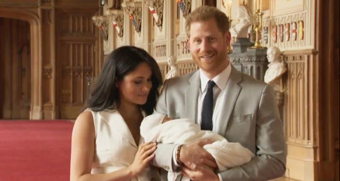 Harry de Inglaterra y Meghan Markle con su hijo