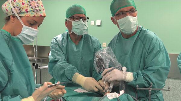 El equipo médico de Oliver&Ayats en quirófano