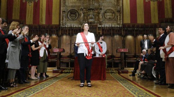 Ada Colau siendo investida alcaldesa de Barcelona