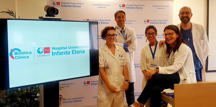 Los doctores Pachecho, Herrera (ambos a la derecha), y Ruiz (izquierda), junto a la enfermera y a la trabajadora social del equipo