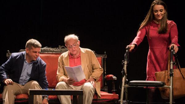 Miriam Fernández, Daniel Olías y Emilio Gutiérrez Caba en una escena de la representación 'Se vende ático'