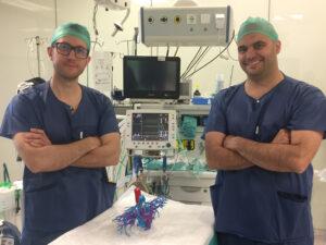 Los doctores Georgiev (izquierda) y González, en quirófano, con el modelo tridimensional