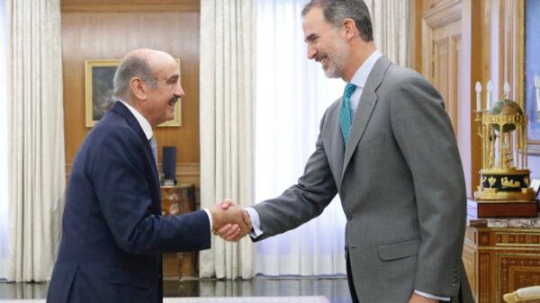 El Rey Felipe saludando al diputado del Partido Regionalista de Cantabria, José María Mazón