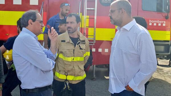 Quim Torra y Miquel Buch con los bomberos