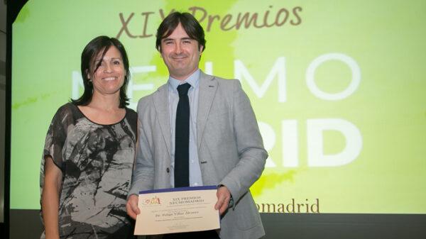El doctor Villar en el momento de recoger el premio a Neumolean