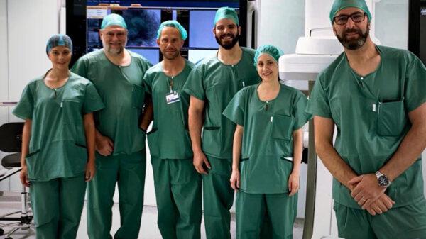 Los doctores Lo Presti, Albisua y López (1ª, 2º y 3º por la izquierda) junto al resto del equipo participante en la intervención