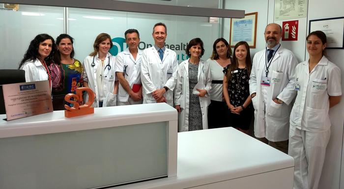 Los doctores García-Foncillas, Llamas (5 y 6º por la izquierda) y Córdoba (2º por la derecha) junto a compañeros de sus servicios en la FJD