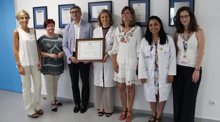 Villar entrega el reconocimiento a la doctora Sánchez Menam en presencia de Sánchez, Fernández, De Gustín, la doctora Deschamps y Castaño