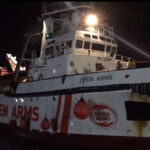 El barco de Open Arms al llegar a puerto