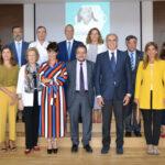 Foto de familia de miembros de la Junta de Gobierno del COFM y de las asociaciones farmacéuticas, junto con el consejero de Sanidad, Enrique Ruiz Escudero
