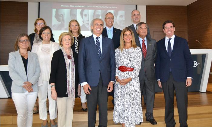 Enrique Ruiz Escudero, consejero de Sanidad de la Comunidad de Madrid, y Elena Mantilla García, directora general de Inspección y Ordenación Sanitaria, junto a Luis González Díez, presidente del COFM, y miembros de la Junta de Gobierno del COFM