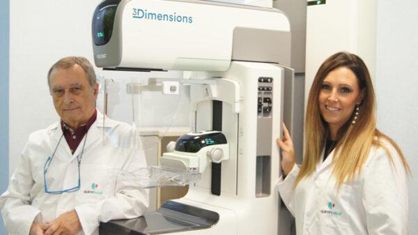 Los doctores José Luis Pérez y Silvia Pérez Rodrigo con el nuevo mamógrafo 3D de última generación