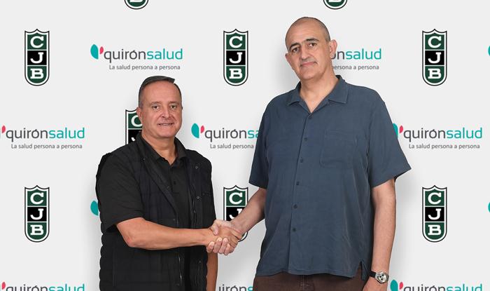 El doctor Antoni Mora y el presidente del Joventut,, Juan Antonio Morales, durante la firma del acuerdo