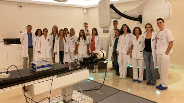 Personal de Oncología Radioterápica y Física Médica del Hospital Ruber Internacional con la última generación de CyberKnife M6
