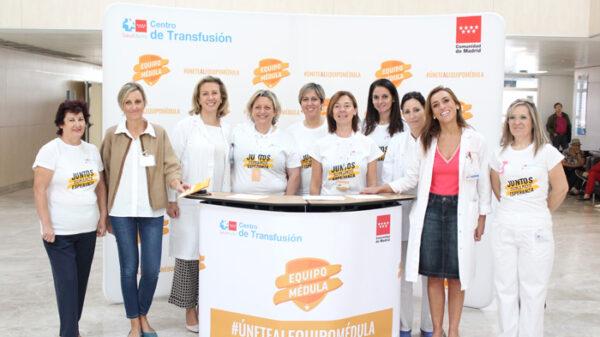 La doctora Pascual (2ª a la derecha), la doctora Marta Sánchez (3ª a la izquierda) y otros representantes del hospital y Centro de Transfusiones e n el stand