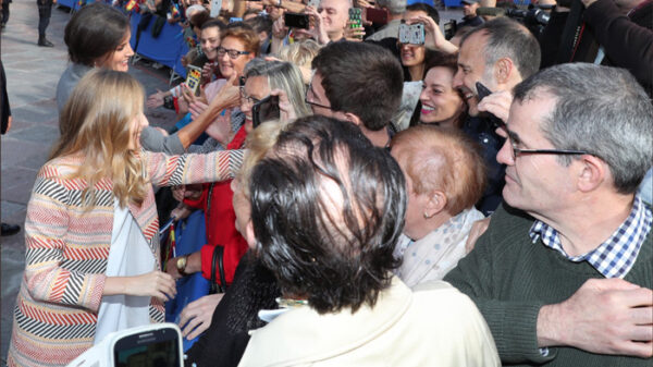 La princesa Leonor saludando al lado de su madre, la Reina Letizia