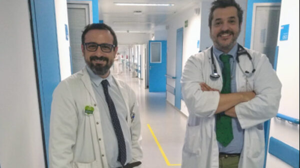 El doctor Suárez (izquierda) con el doctor Leopoldo Bárcena, geriatra del Hospital Infanta Elena, con quien atiende las fracturas de cadera en el hospital